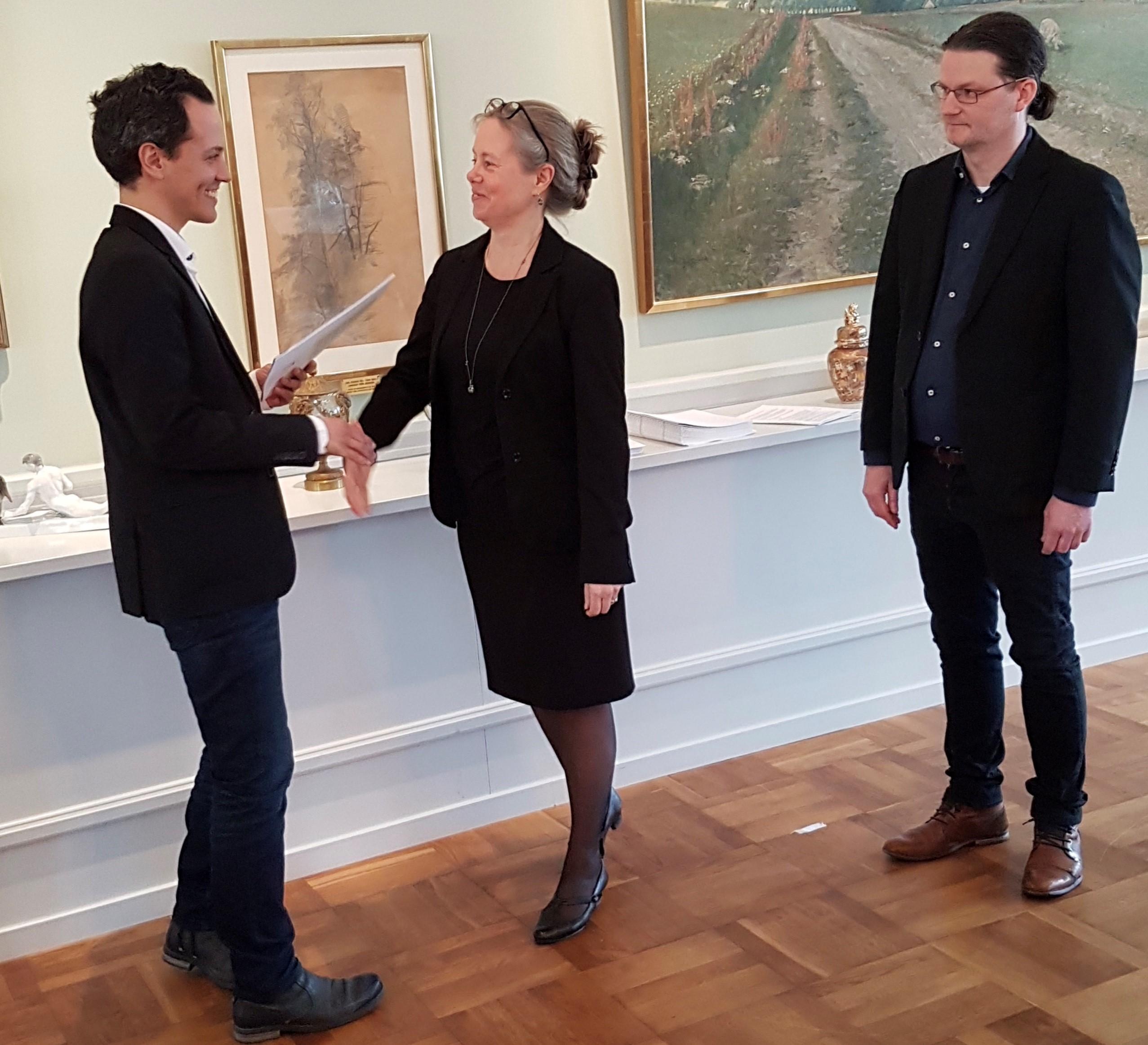 Philip Sandberg (L), kommunstyrelsens ordförande tar emot klimatpolitiska rådets första rapport från Lena Neij och Roger Hildingsson.