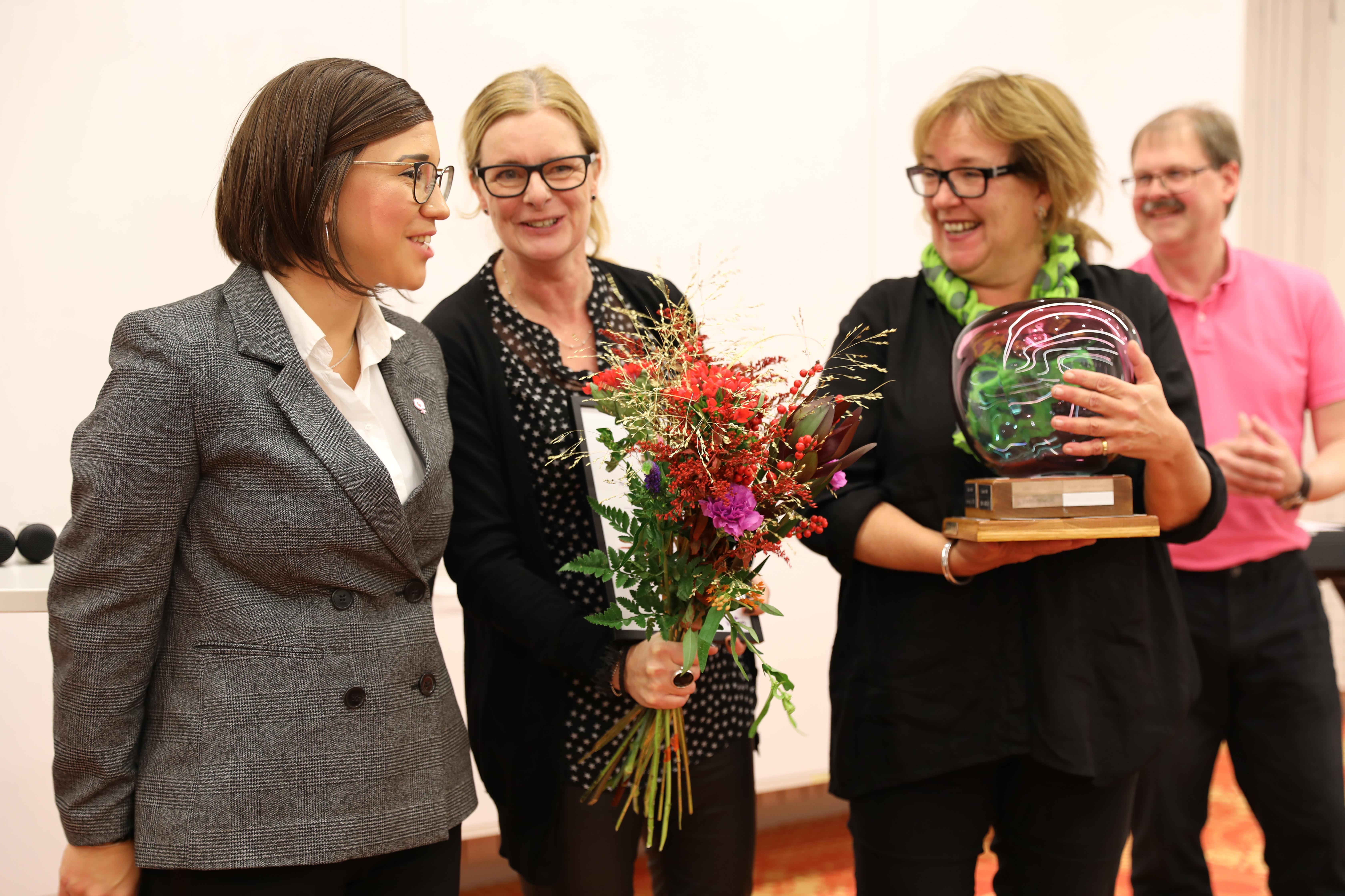 """Elin Gustafsson, Annika Eklund och Karin Bergendorff mottar utmärkelsen """"Årets kulturkommun 2019"""" för Lunds kommun."""