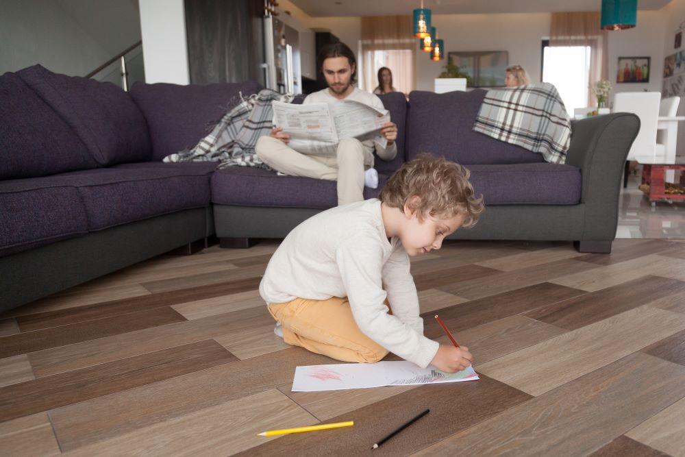 Även yngre barn under 16 år som bor tillsammans med någon som har en pågående covid-19 infektion rekommenderas nu att stanna hemma från förskola, skola och fritidsaktiviteter.