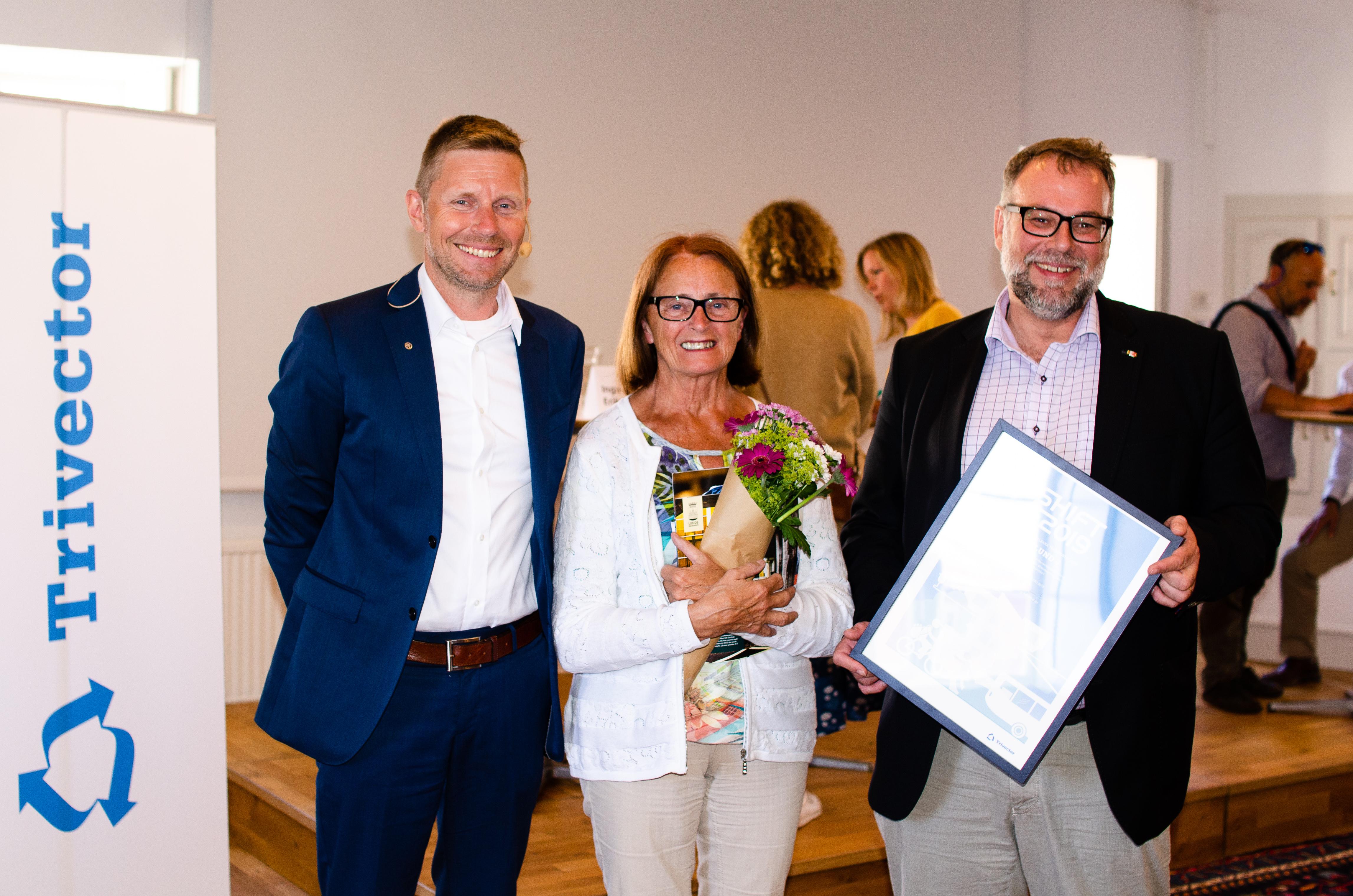 Inga-Kerstin Eriksson (C), kommunalråd och Christoffer Nilsson, kommundirektör tar emot SHIFT-priset under Almedalsveckan. Till vänster i bild är Lennart Persson, kontorschef Göteborg, Trivector.