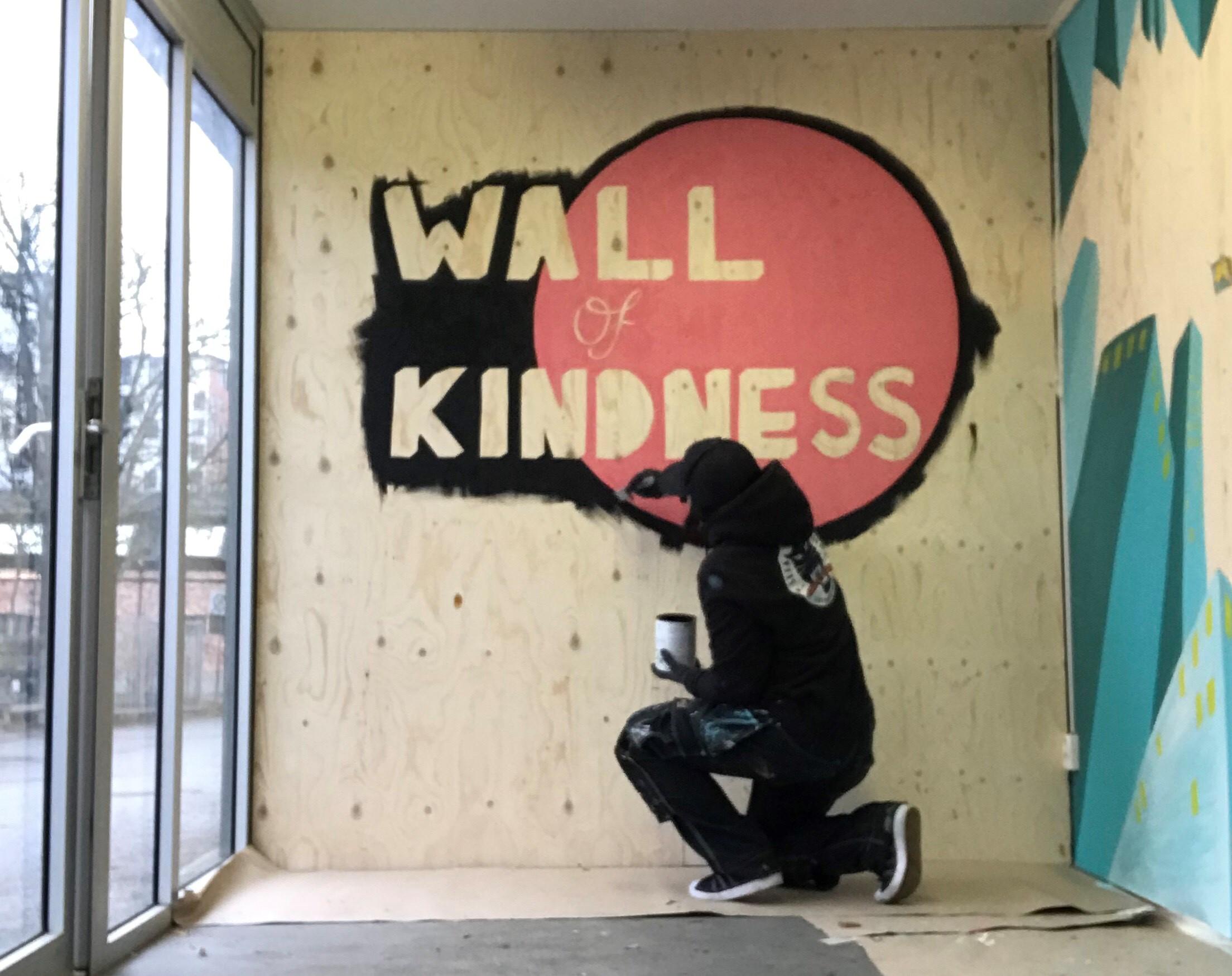 Förberedelserna av Wall of Kindness som snart tar plats på Stortorget i Lund är i full gång.