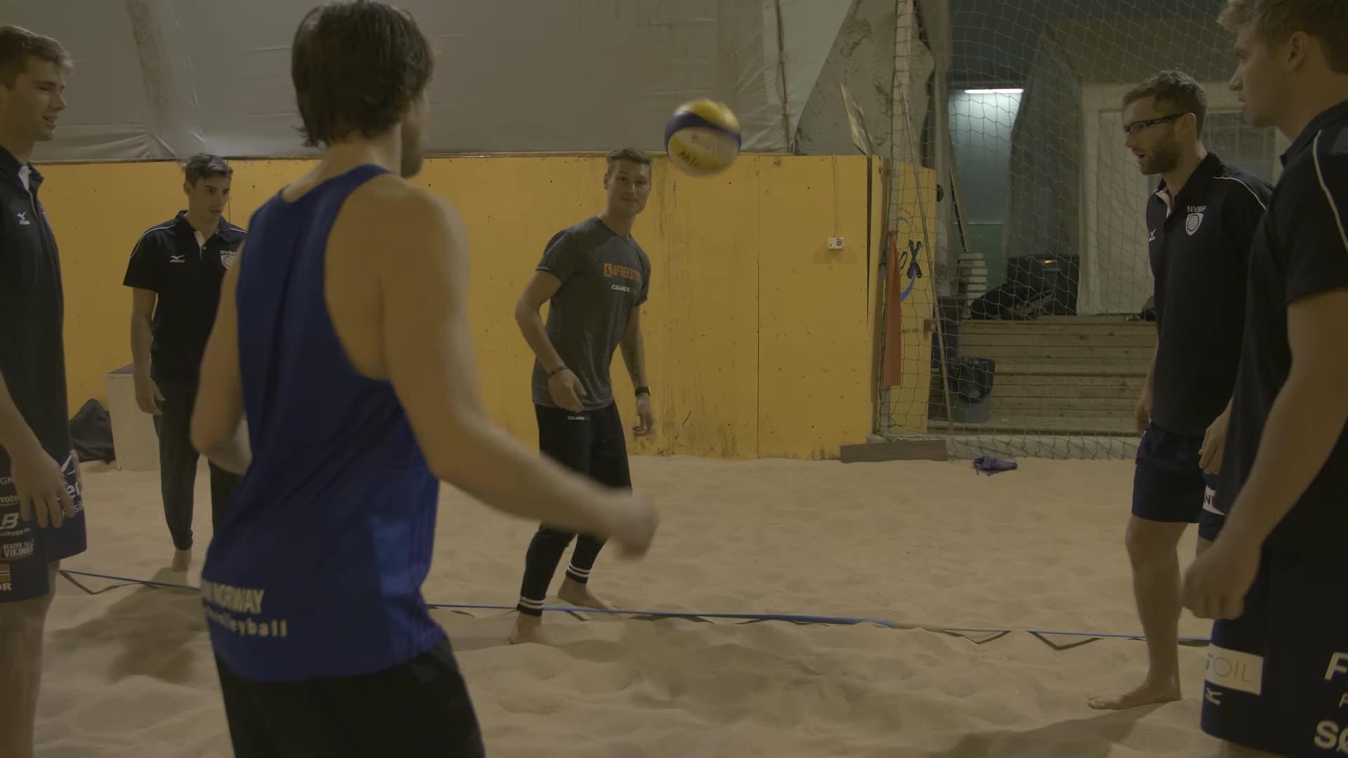 Landslaget i sandvolleyball møter fotballkunstner Tobias Becs