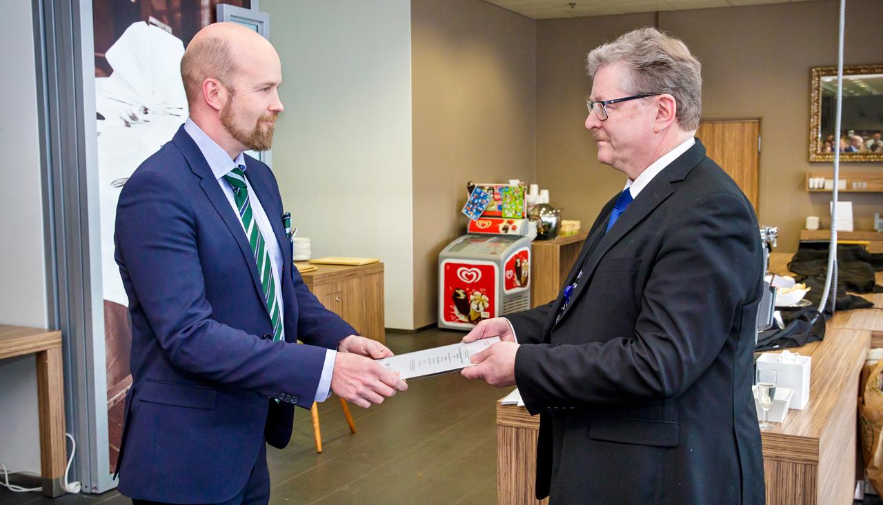 HUS-Tietohallinnon johtaja Pertti Mäkelä ottaa vastaan ISO 9001 -sertifikaatin