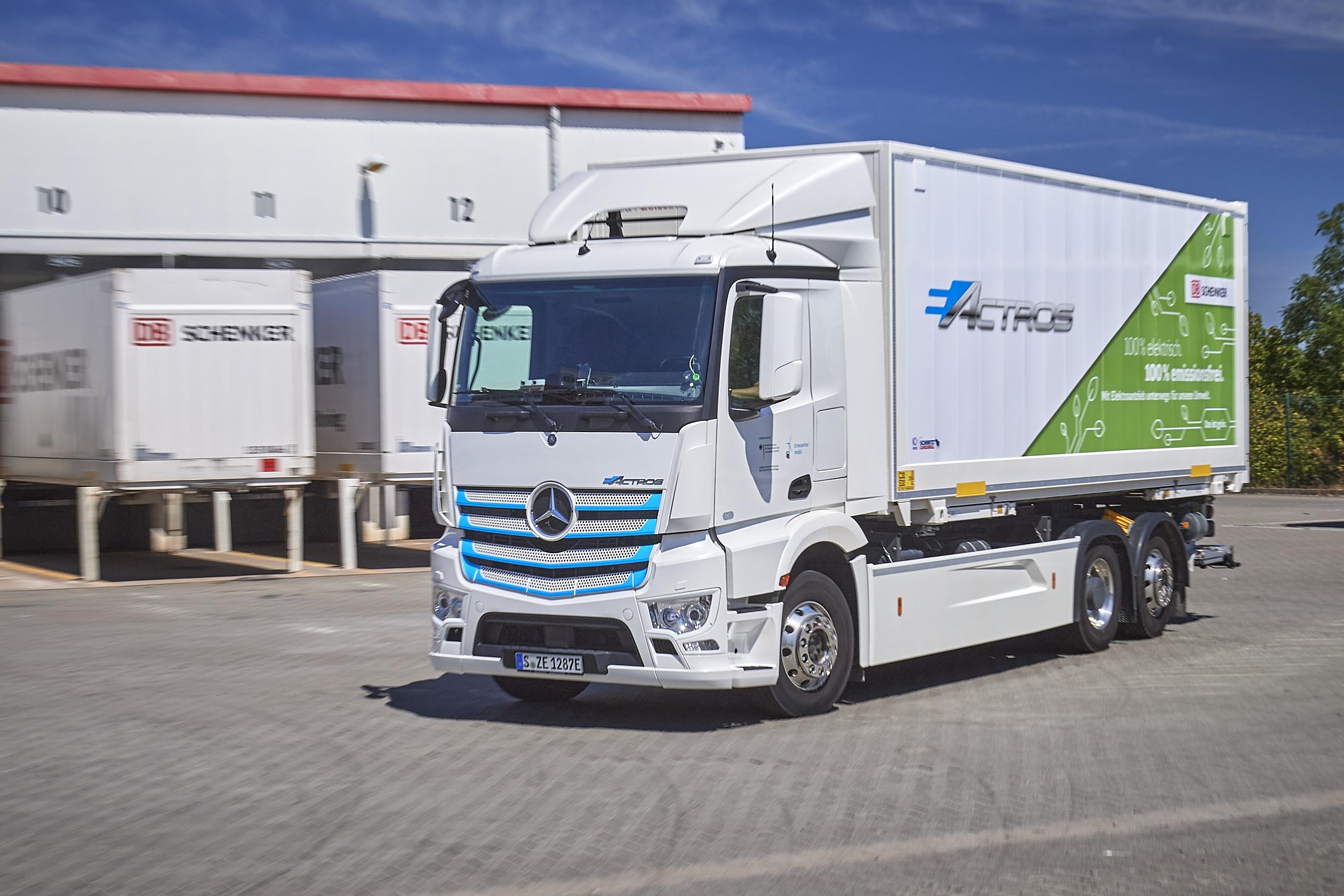 Mercedes-Benz eldrivna 25-tons lastbil körs i vardagstrafik i Leipzig.