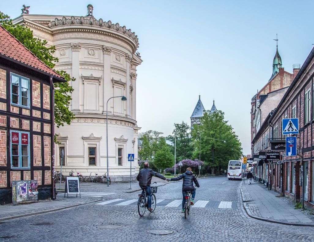 """Cyklister på Kyrkogatan bakom Universitetshuset ur boken """"Stilla älskad - en fotobok om Lund"""". Foto: Lasse Sandström"""