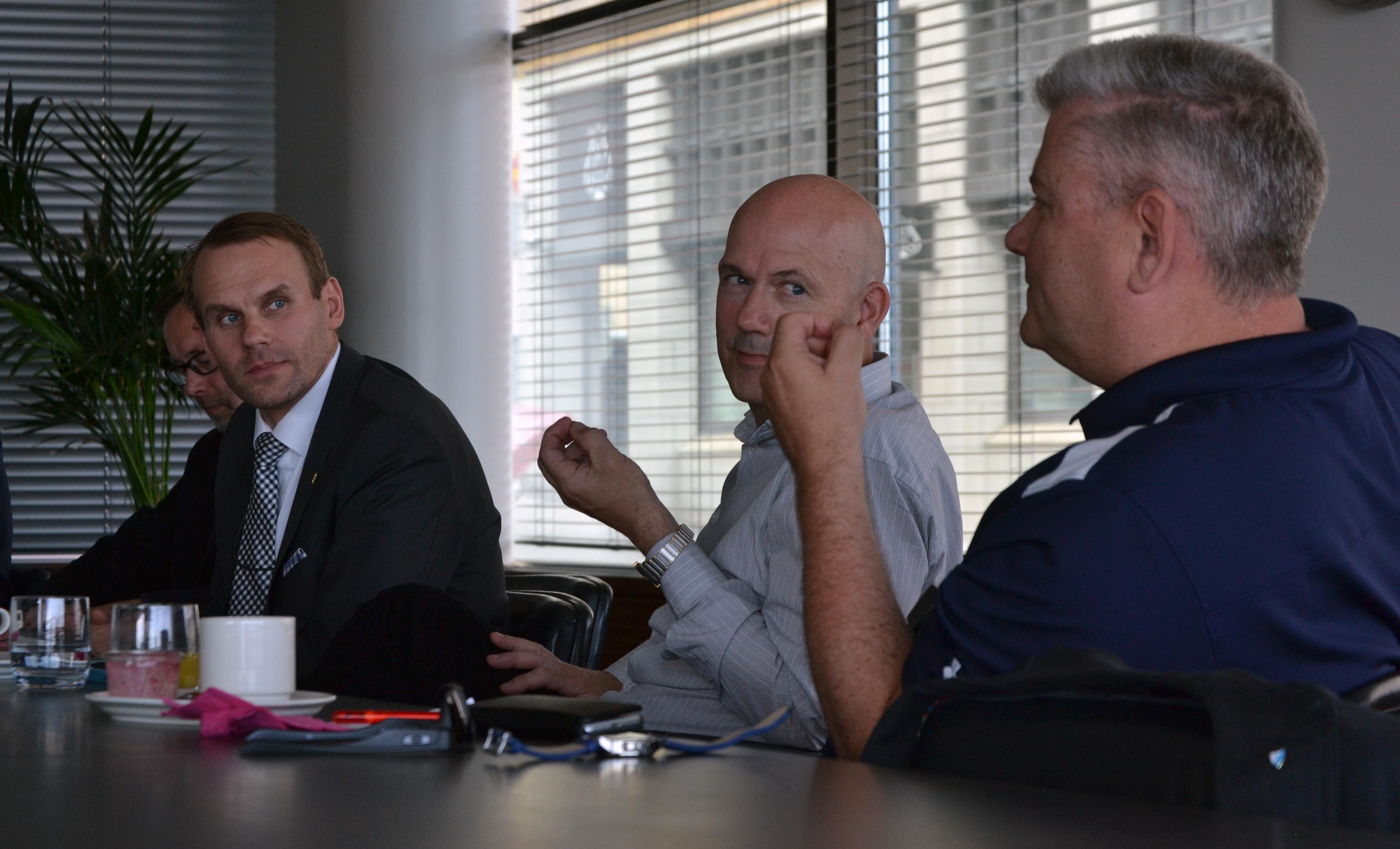 Yritysturvallisuuden asiantuntijat Matti Koskinen (vas.), Erkko Badermann ja Mats Fagerström peräänkuuluttavat yritysten omaa arviota siitä, millaisen riskin se sietää.