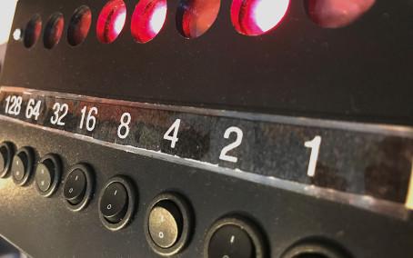Binära tal och koder – skolprogram online