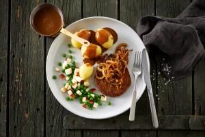 Grøntsagsbøf med brun sovs og bløde løg.jpg
