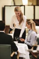 Geschäftskunde bezahlt im Cafe mit Corporate Card