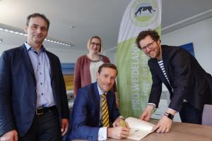Kasper Thormod Nielsen, Arla Foods, unterzeichnete die Weidecharta von PRO WEIDELAND im Beisein von (von links) Dr. Arno Krause, Grünlandzentrum, Arla Landwirtin Birka Thöming und Landwirtschaftsminister Jan Philipp Albrecht.
