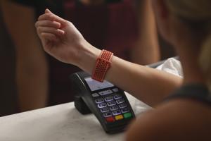 Visa bringt kontaktloses Bezahlen mit Fitbit Pay TM nach Deutschland