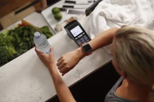 Visa bringt kontaktloses Bezahlen  mit Fitbit Ionic in die Schweiz