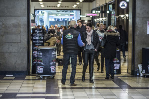 Arla medarbejdere uddeler smagsprøver på Hovedbanegården i Århus