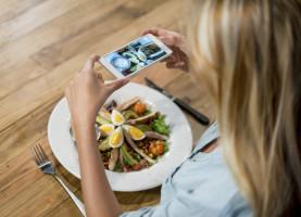 Kvinde tager billede af mad_1