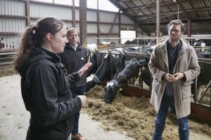 Im Gespräch: Marlen Biß, Walter Lausen (beide Arla Landwirt:innen) mit Landwirtschaftsminister Jan Philipp Albrecht