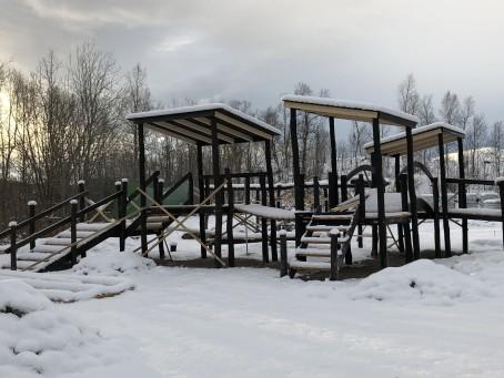 Arbeidet med utendørs lekeplass er påbegynt, men må fortsette til våren.