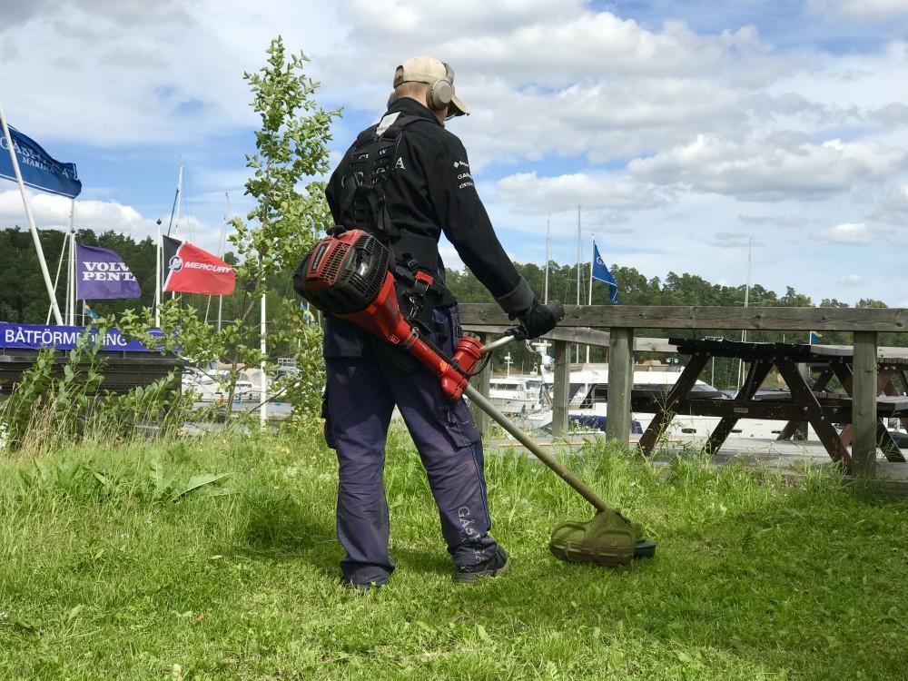 Bilden visar en av Yepstr ungdomar som snyggar till på Gåshaga Marina