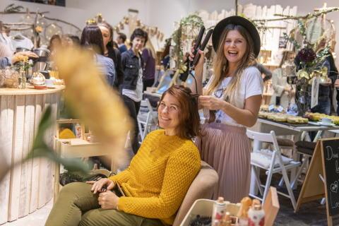 Pressefoto Pop-Up-Store Langhaarmädchen
