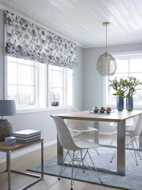 Liftgardiner i spennende mønster gir rommet karakter og spenning.
