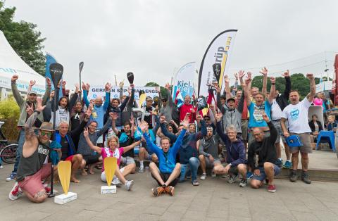 Die Teilnehmer feiern die bezwungenen 21,0975 km.