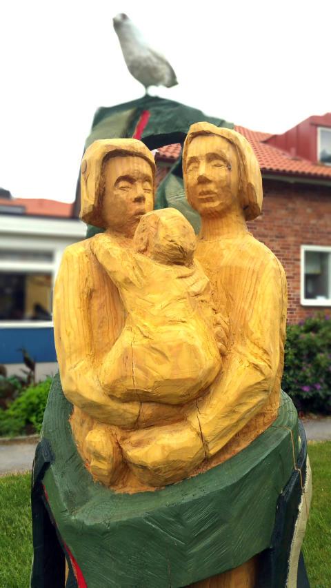 Träskulpturen Tillsamans_utanför Familjecentralen