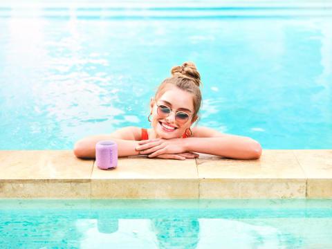 SRS_XB12_lifestyle_waterproof_violet-Mid