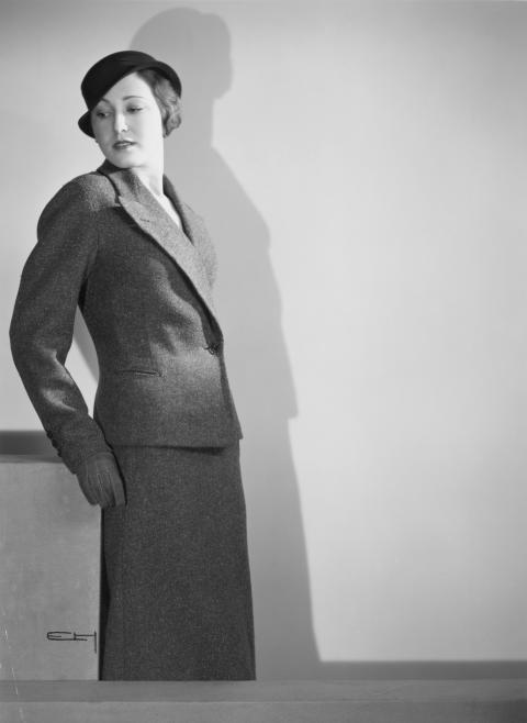 Modell klädd i dräkt, handskar och hatt, Nordiska Kompaniet 1933