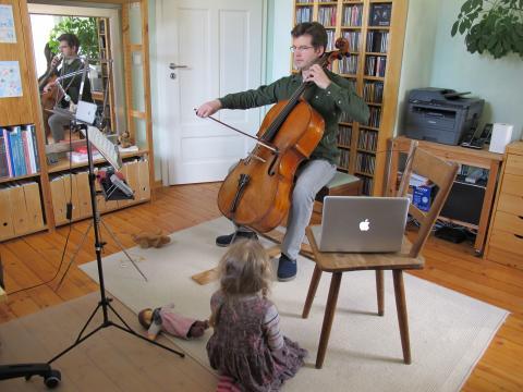 Daniel Pfister (Cellist des Gewandhausorchesters) beim Einspielen des virtuellen Ostergrußes 2020