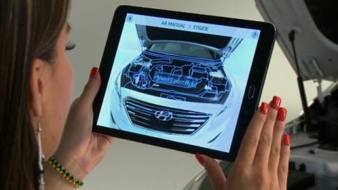 Bruker smarttelefon til å fikse bilen