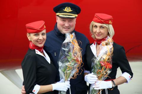 Pilot des Erstflugs mit den beiden Flugbegleiterinnen