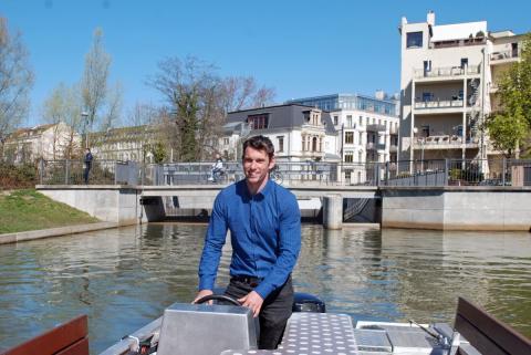Kanu-Weltmeister und Geschäftsführer Jan Benzien am Steuer des Motorboots MS Johann Sebastian Bach