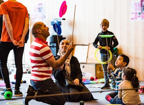Clowner utan Gränsers på turné för att stärka barnfamiljer på flykt i Sverige