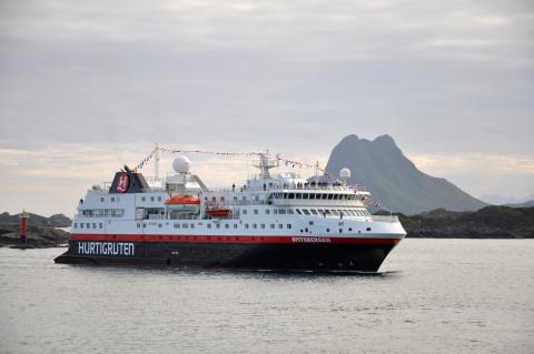 MS_Spitsbergen_Mot-Stamsund_©Eivind-Lande