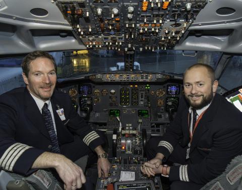 KaptenJohnny Silberg och styrmann Olav Hynne som har landat i Bodö och genomfört LN-KKW:s sista flygning