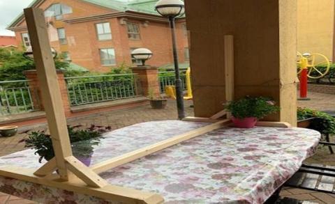Plexiglas öppnar upp för efterlängtade besök på äldreboenden