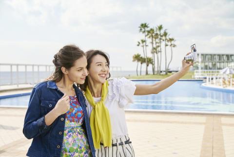 Ταξιδέψτε χωρίς περιττό βάρος με τις νέες compact φωτογραφικές μηχανές υψηλής απόδοσης με πανίσχυρο ζουμ, από τη Sony