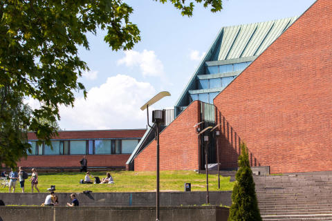 Speeding up the 5G – Empower installed 5G base stations on the Aalto University campus