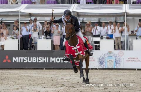 Markus Beerbaum gewinnt die Goldene Peitsche und freut sich über einen Mitsubishi ASX