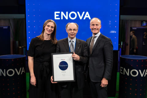 Prisvinner Alf Tore Haug fra Elkem sammen med Anna Barnwell og Nils Kristian Nakstad fra Enova (foto: Enova/Berre)