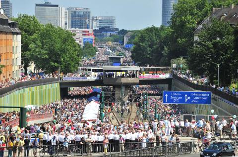 """18. Juli 2010: """"Still-Leben"""" feierte auf der A40 das größte Straßenfest der Welt – Kulturhauptstadt RUHR.2010 wirkt bis heute im Ruhrgebiet"""