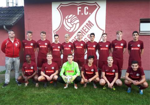 Die A-Jugend des FC 1966 Büdesheim e.V. mit den neuen von Santander gesponserten Trikots.