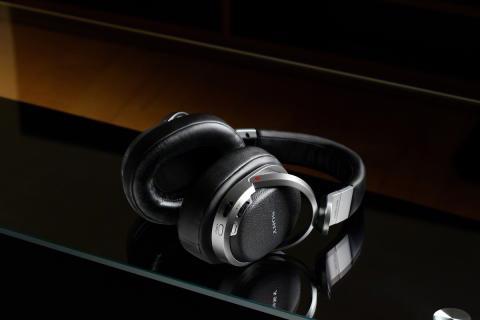 Pierwsze na świecie słuchawki bezprzewodowe do reprodukcji 9.1-kanałowego cyfrowego dźwięku przestrzennego