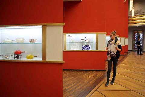 """Blick in die Ausstellung """"Backen, Bügeln, Putzen, Kochen - Das bisschen Haushalt!"""" im GRASSI Museum für Angewandte Kunst Leipzig"""
