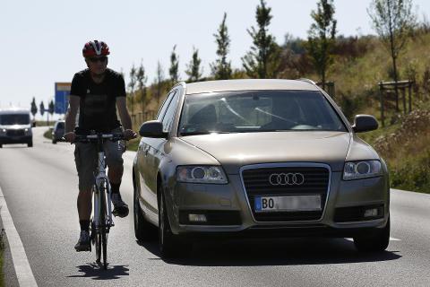 Studie: Fahrradfahrer profitieren kaum vom Fußgängerschutz am Auto