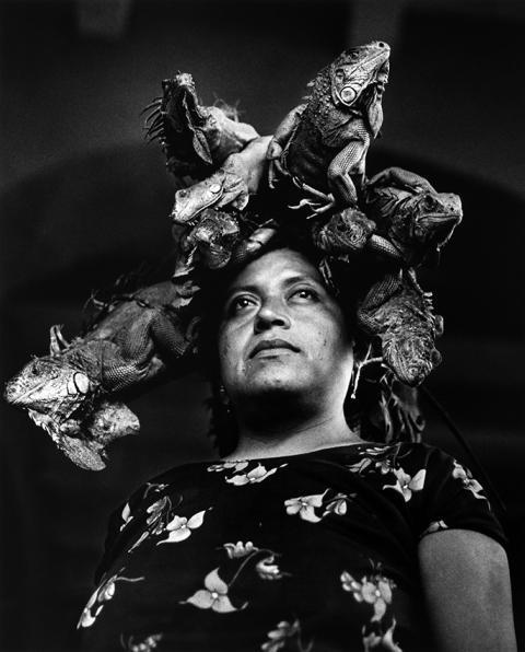 © Graciela Iturbide, Nuestra Señora de las Iguanas, Juchitán, Mé, 1979