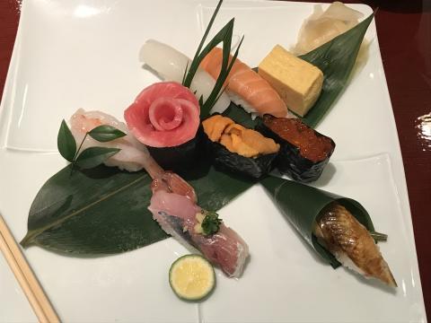 Japansk sushi-kunst med norsk laks