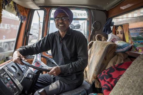 Rajnda Singh, 52, testar av nya glasögon i lastbilen på jobbet