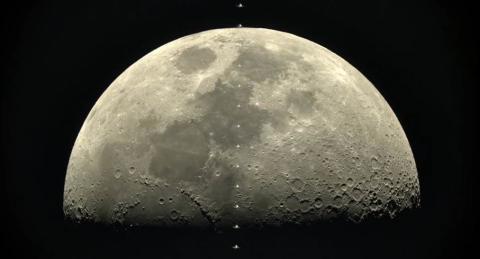 La α7s di Sony cattura la Stazione Spaziale Internazionale passando davanti alla luna a 28.000 km/h