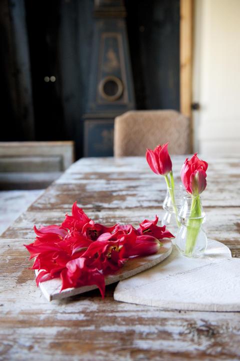 Arrangemang med röda tulpaner och hjärtan