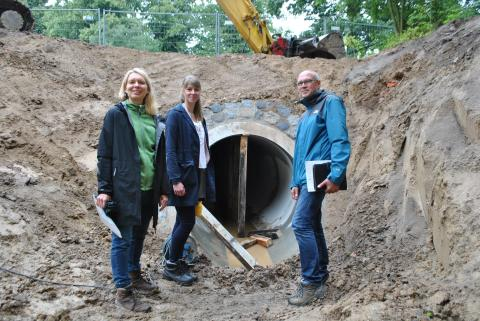 Förderprojekt Woitendorfer Bach: Durchlass für Fische mit Ottersteg  eingebaut